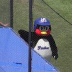 ヤクルトつば九郎 阪神ファンにオモシロ前進おねだり!帰り際足蹴り!