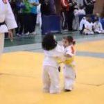 可愛い子供たちによる柔道の試合