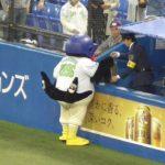 ヤクルトつば九郎 「おまえ、ファンの差し入れを持って来い」と警備員に命令する!!
