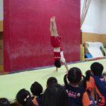 北京オリンピック銀メダリスト沖口誠選手 引退後KONAMIスポーツにて子供たちを指導 マットで倒立