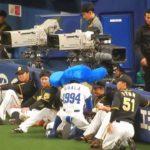 阪神タイガース2018/突然ドアラに何かを渡され鳥谷選手もびっくり(2018.05.19)