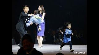 【ハプニング】サッカーJリーグ授賞式、MVP選手の子供がステージ上で突然走り出して会場パニックに