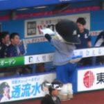 ズーちゃんが秋山翔吾選手をウナギイヌ選手権優勝で表彰
